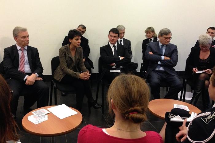 Najat Vallaud-Belkacem et Manuel Valls en viste au commissariat d'Ermont