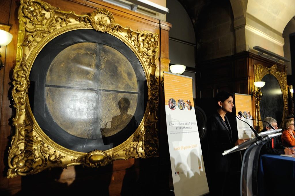 Najat Vallaud-Belkacem, signature de la charte Egalité femmes-hommes à l'Université, le 28 janvier 2013, à l'Observatoire de Paris