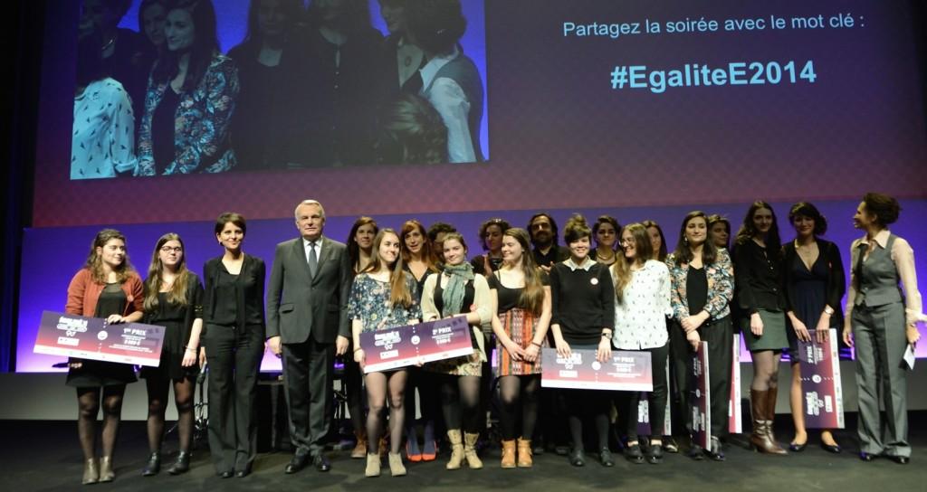 Jean-Marc Ayrault et Najat Vallaud-Belkacem et les laureates du concours EgaliteE2014