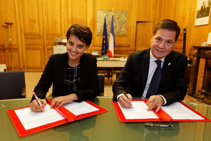 Signature par la ministre Najat VALLAUD-BELKACEM, d'une convention avec le groupe Microsoft, au ministère, le jeudi 26 octobre 2015 - © Philippe DEVERNAY