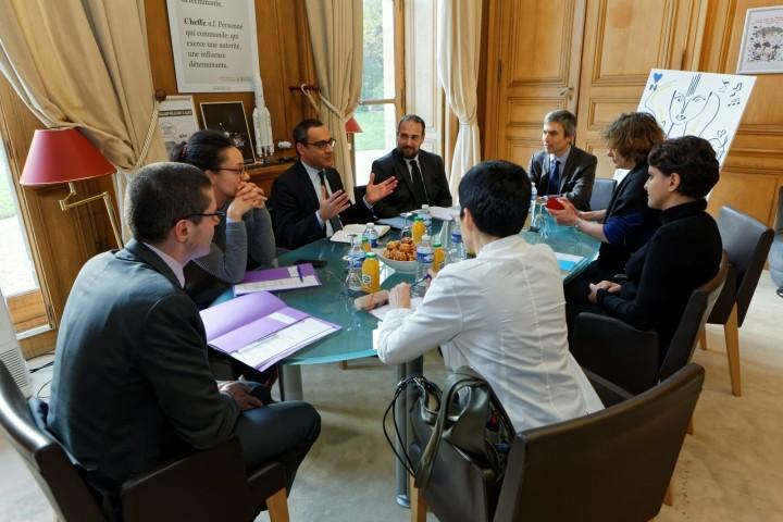 Signature par la ministre Najat VALLAUD-BELKACEM, d'une convention cadre avec le groupe CISCO, au ministère, le jeudi 26 octobre 2015 - © Philippe DEVERNAY Robert Vassoyan - DG Frédéric Geraud de Lescazes - SG