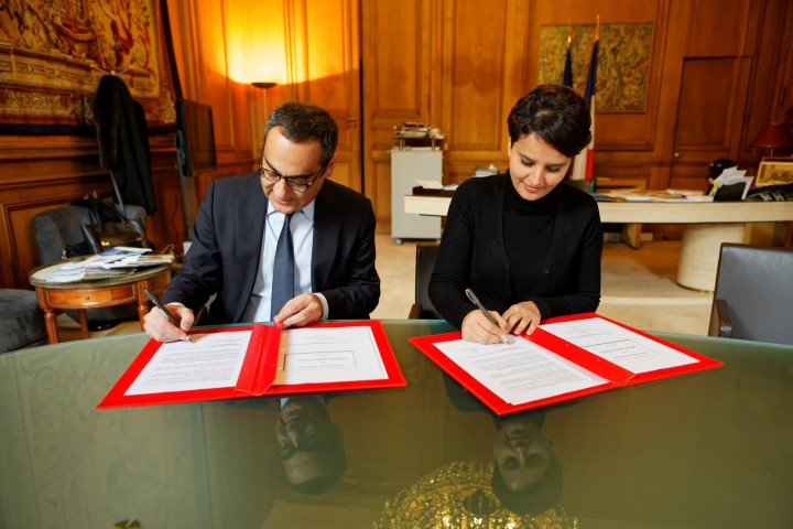 Signature par la ministre Najat VALLAUD-BELKACEM, d'une convention cadre avec le groupe CISCO, au ministère, le jeudi 26 octobre 2015 - © Philippe DEVERNAY Robert Vassoyan - DG