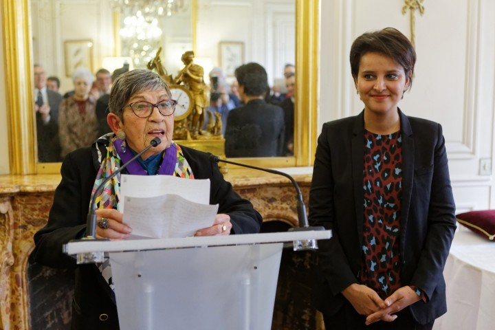 Remise par la ministre Najat VALLAUD-BELKACEM, des insignes de commandeur dans l'ordre des palmes académiques à Mme Ginette KOLINKA, au ministère, le mercredi 27 janvier 2016 - © Philippe DEVERNAY