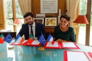 Entretien et signature d'une convention de la ministre Najat VALLAUD-BELKACEM, avec M Tiago Brandao RODRIGUEZ, ministre Portugais de l'éducation nationale, au Ministère de l'Éducation nationale, le lundi 25 juillet 2016 - © Philippe DEVERNAY