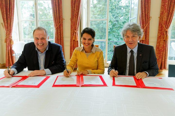 Signature par la ministre Najat VALLAUD-BELKACEM, d'une convention de partenariat avec Unowhy et Atos, en faveur du numérique éducatif et de la réussite des élèves, au Ministère de l'Éducation nationale, le mercredi 21 septembre 2016 - © Philippe DEVERNAY