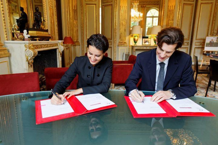 Signature par la ministre Najat VALLAUD-BELKACEM, d'un partenariat entre le Ministère de l'Éducation nationale, de l'Enseignement supérieur et de la Recherche et « L'Illustration » à l'occasion des commémorations du Centenaire de la Première Guerre Mondiale, au Ministère de l'Éducation nationale, le jeudi 10 novembre 2016 - © Philippe DEVERNAY